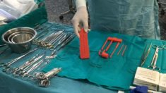 Cirujanos utilizando materia desechable diseñado con tecnología de impresión 3D.