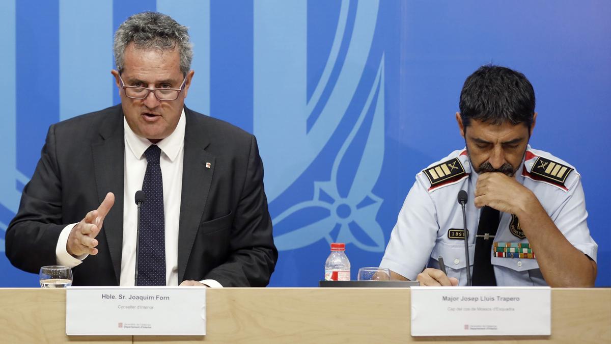 Joaquim Forn y Josep Lluís Trapero. (Foto: EFE)