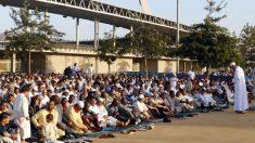 Más de un millar de musulmanes guardan un minuto de silencio en Almería en condena al terrorismo. (EFE)