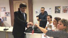 El ex presidente de la Generalitat, Carles Puigdemont, votando en el referéndum ilegal