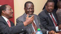 Raila Odinga, líder de la coalición opositora en Kenia, la NASA, mira el móvil de uno de sus colaboradores.