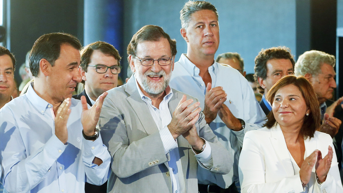 Mariano Rajoy junto a Fernando Martínez-Maíllo, Isabel Bonig o Xavier García Albiol. (Foto: EFE)