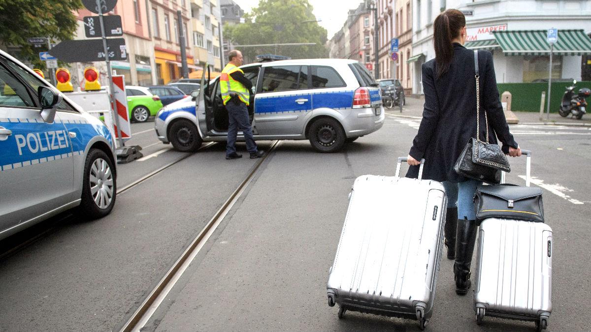 Una mujer con maletas abandona su vivienda (Foto: AFP).