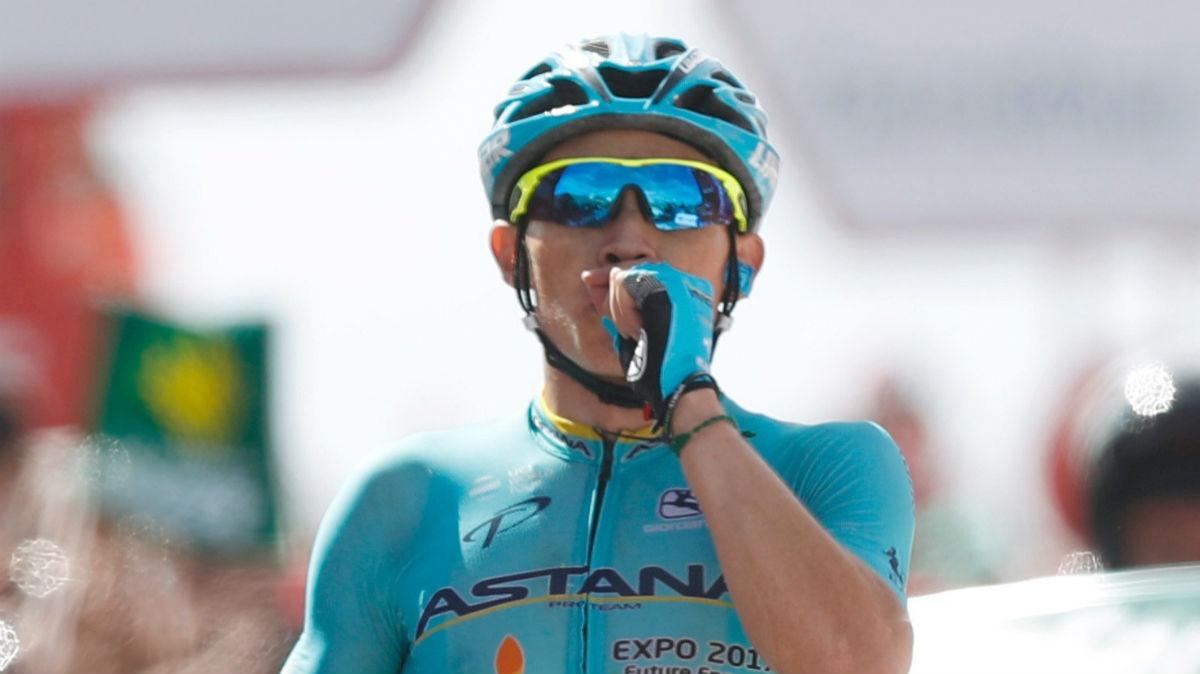 José Luis López celebra su victoria en Sierra Nevada. (EFE)