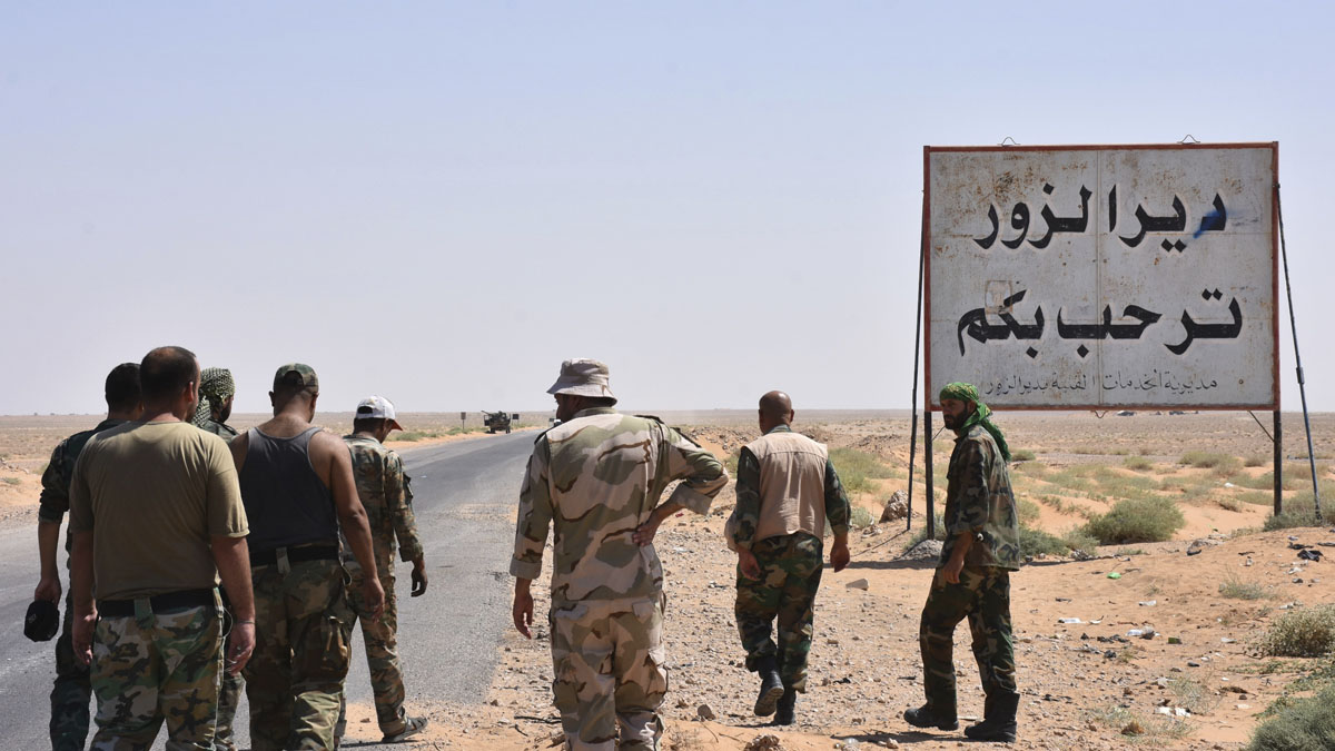 Fuerzas sirias en la entrada de Deir Ezzor (Foto: AFP)