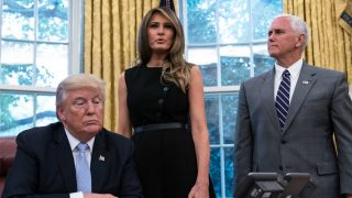 Donald Trump, Melania Trump y Mike Pence. (Foto: AFP)