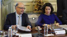 La vicepresidenta del Gobierno, Soraya Sáenz de Santamaría (d) y el ministro de Hacienda y Función Pública, Cristóbal Montoro. (Foto: EFE)
