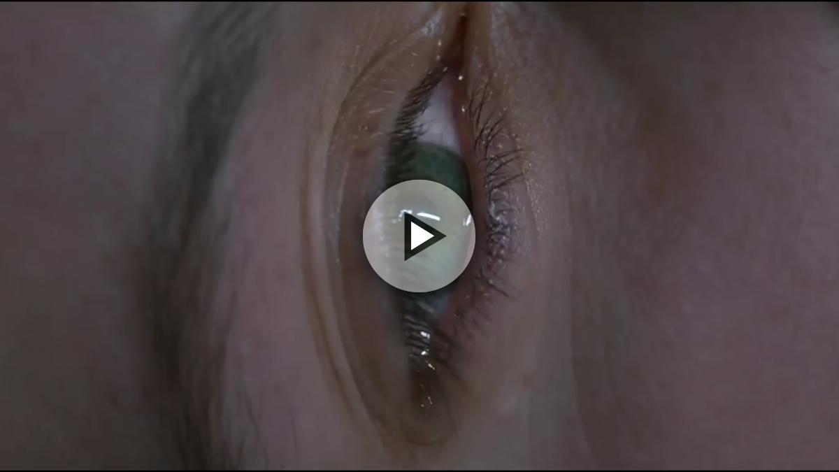 En la primera escena del filme, Ozon funde un ojo llorando con una vagina en pleno orgasmo.