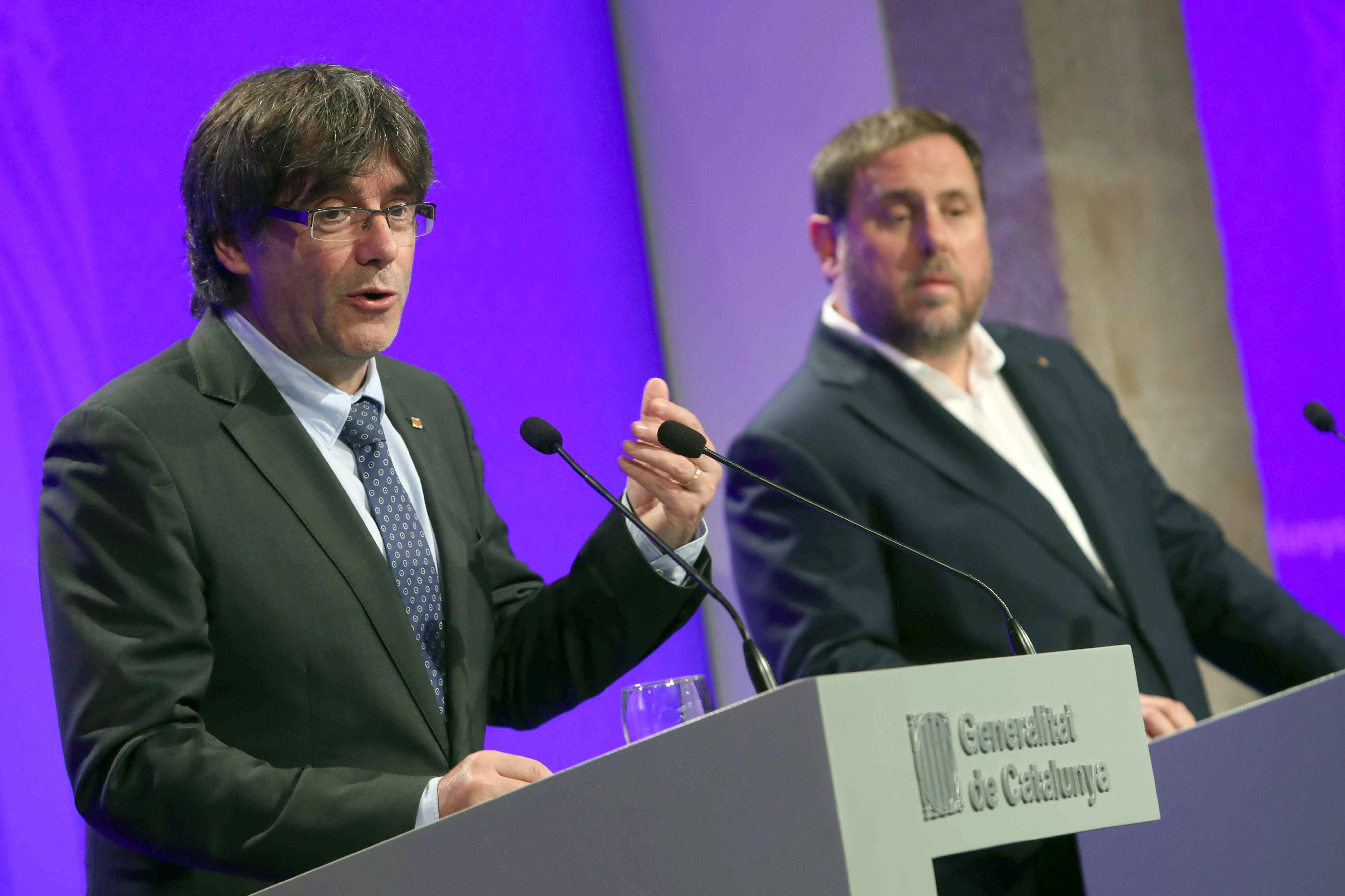Carles Puigdemont y Oriol Junqueras. (Foto: EFE).