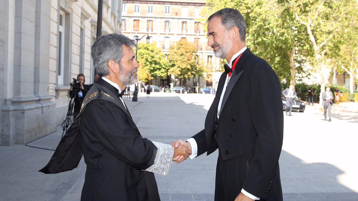Felipe VI estrecha la mano de Carlos Lesmes. (Foto: Casa Real)