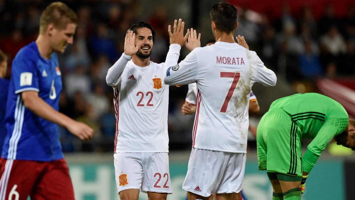 Isco y Morata celebran un gol ante Liechtenstein. (AFP)
