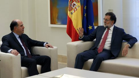 Julio Borges, presidente de la Asamblea Nacional de Venezuela, junto a Mariano Rajoy en la Moncloa. (EFE)