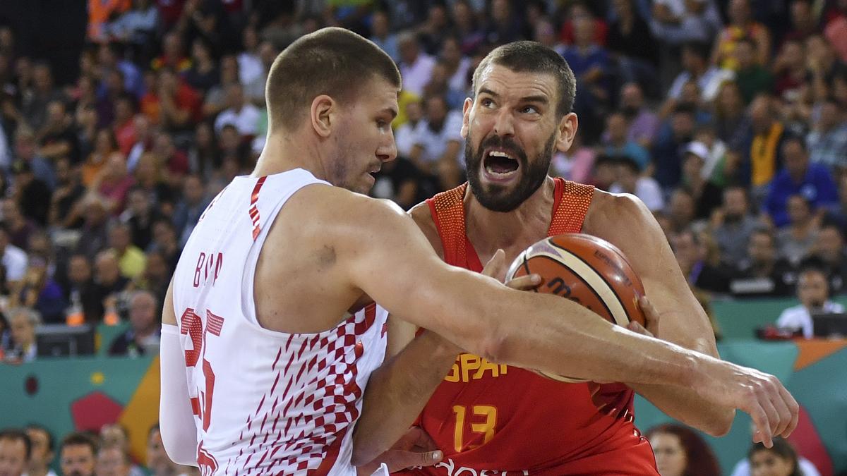 Marc Gasol, pelenado con Buva en una acción (AFP).