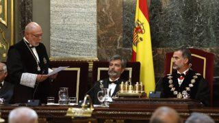 El fiscal general del Estado, José Manuel Maza, junto a Carlos Lesmes y el rey Felipe VI en la Apertura del Año Judicial. (EFE)