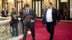 El ex presidente de la Generalitat Carles Puigdemont y el ex vicepresidente Oriol Junqueras, en el Parlament (Foto: EFE).