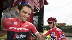 Alberto Contador se saluda con Chris Froome en el podio de la Vuelta. (AFP)