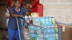 Una mujer se aprovisiona ante la llegada del huracán Irma, con una intensidad sin precedentes. Foto: AFP