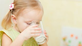 El timo de las leches de crecimiento: los bebés no las necesitan y son el triple de caras. (Foto:iStock)