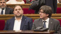 Puigdemont y Junqueras, en el Parlament catalán.