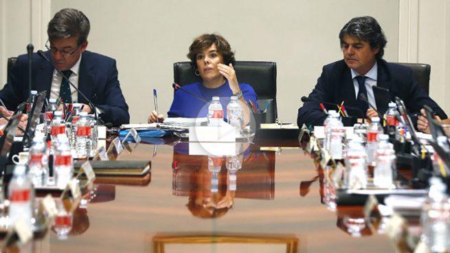 La presidenta del Gobierno, Soraya Sáenz de Santamaría (c), preside en el Complejo de La Moncloa, la reunión de la Comisión General de Secretarios de Estado y Subsecretarios (Foto: Efe)