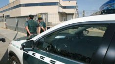 Agentes de la Guardia Civil a las puertas de una imprenta. (Foto: EFE)