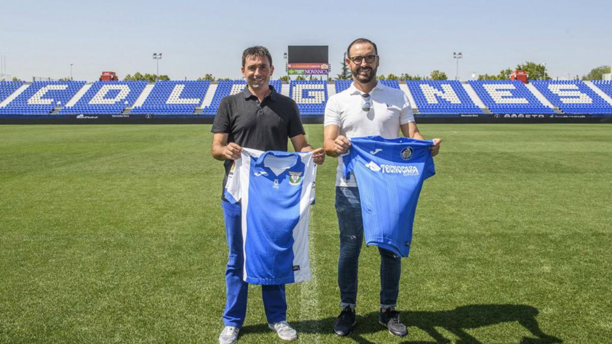 Los entrenadores de Leganés y Getafe posan en Butarque. (C.D. Leganés)