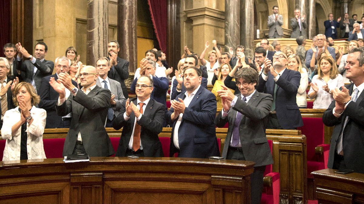 Puigdemont, Junqueras y el resto de diputados de Junts pel Sí y la CUP aplauden tras aprobarse la Ley de Transitoriedad (Foto: Efe).