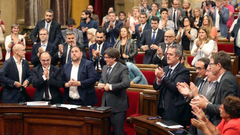 El Parlamento de Cataluña con Carles Puigdemont y Oriol Junqueras en primera fila. (Foto: EFE)