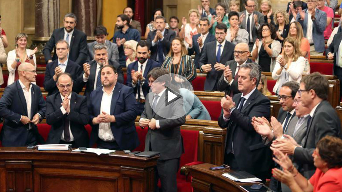 El Parlamento de Cataluña con Carles Puigdemont y Oriol Junqueras en primera fila de los escaños. Foto: EFE