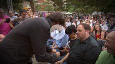 Cake Minuesa entregando una pulsera con la bandera de España a Oriol Junqueras.