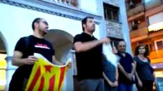 El alcalde de Cerdanyola del Vallès, Carles Escolà, rompe la notificación del Tribunal Constitucional a las puertas del Ayuntamiento.