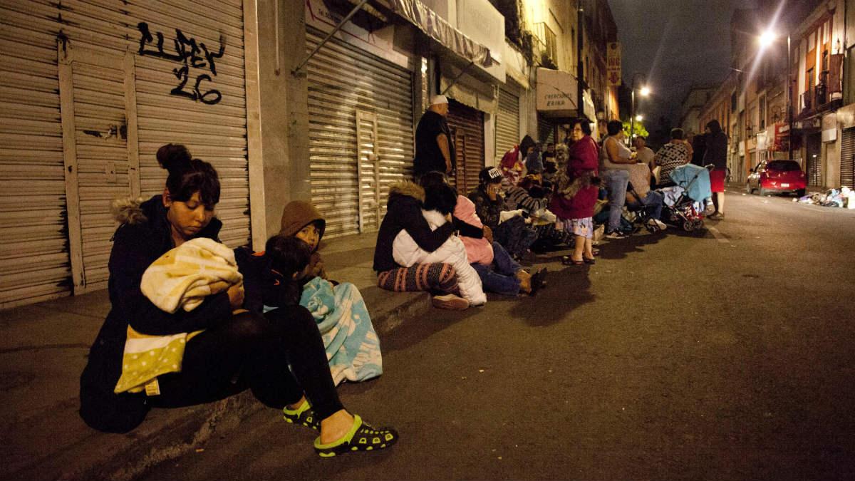 MIles de vecinos de Ciudad de México salieron a las calles ante el enorme terremoto, que les recordó al de 1985. (AFP)