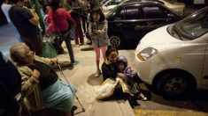 Ciudadanos de Ciudad de México se agolpan en las calles tras el fuerte terremoto sufrido en el país. Foto: AFP