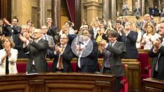 parlamentPuigdemont, Junqueras y el resto de diputados de Junts pel Sí y la CUP aplauden tras aprobarse la Ley de Transitoriedad (Foto: Efe).