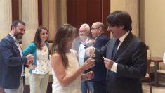 Sánchez-Camacho, Levy y Vila bromean con Puigdemont y sus colaboradores en la cafetería del Parlament.