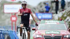 Contador celebra su victoria en L'Angliru. (AFP)