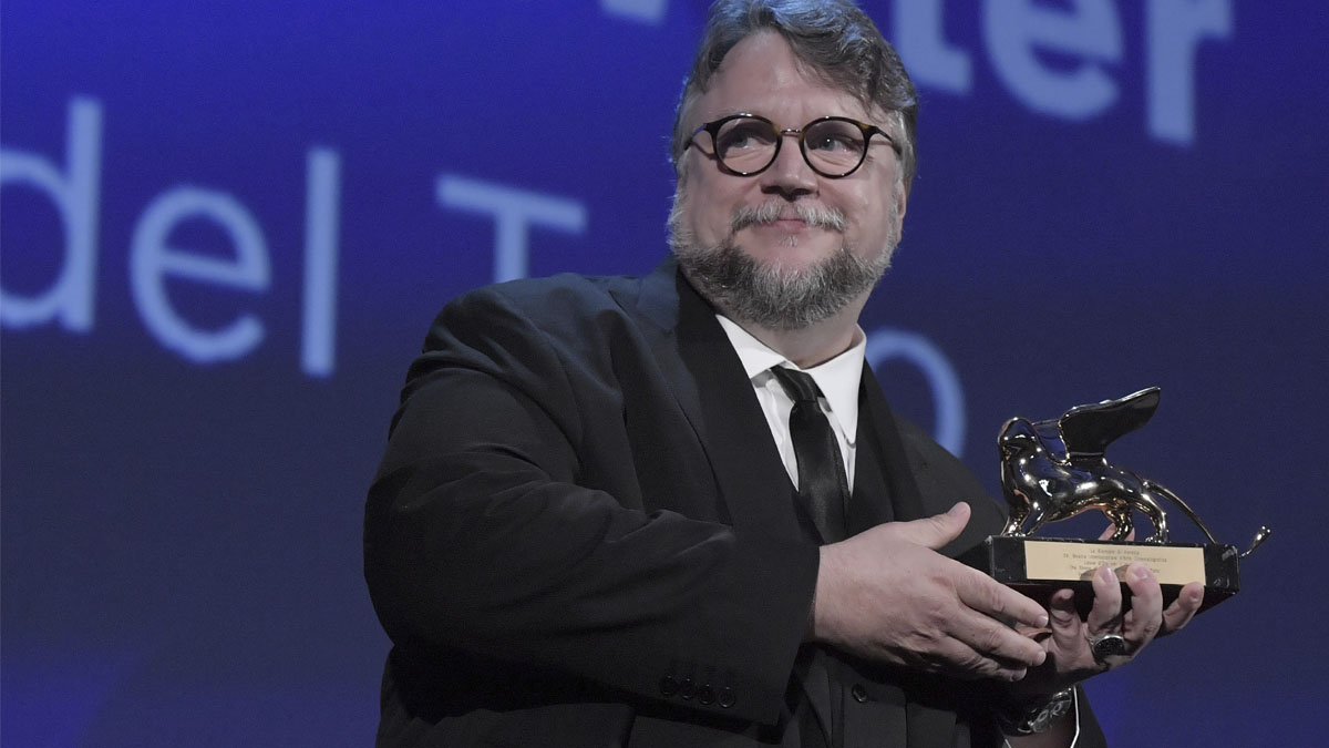 Guillermo del Toro con el León de Oro (Foto: AFP)