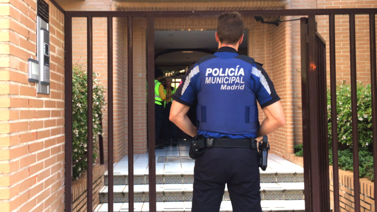 Policía y sanitarios en la vivienda incendiada (Foto: Infoemergencias).