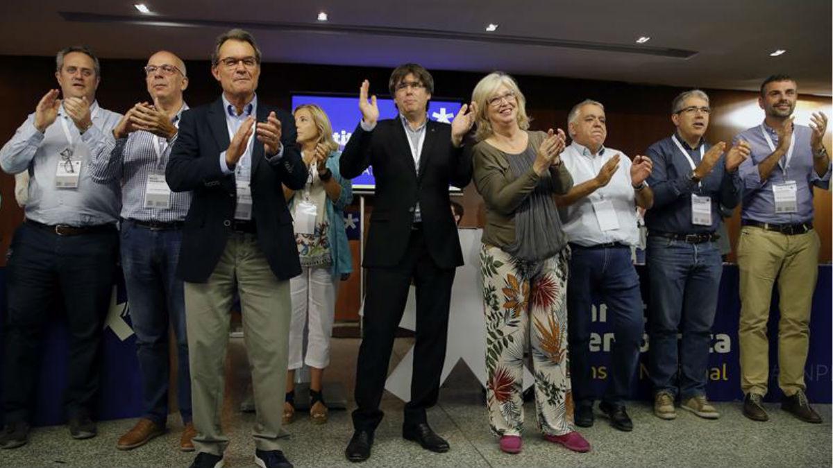 El presidente de la Generalitat, Carles Puigdemont (c), junto a varios cargos del partido condenados por el 9N o investigados por el 1O, durante el Consell Nacional del PDeCAT que se ha celebrado esta mañana en Barcelona. Foto: EFE