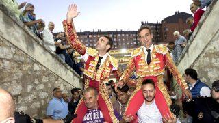 Enrique Ponce y Manolo Sánchez  salen a hombros en Valladolid (Foto: Efe).