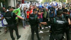 Radicales independentistas convocados por la CUP increpan a la Guardia Civil ante la redacción del semanario El Vallenc.