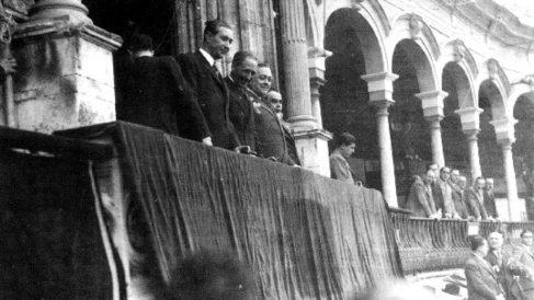 Lluís Companys proclama el Estado catalán desde el balcón de la Generalitat.