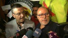 Francesc Fábregas (a la derecha), este sábado arropado por radicales de la CUP.