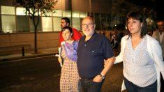 Francesc Fábregas abandona la Comandancia de la Guardia Civil, acompañado por su mujer y sus dos hijos.