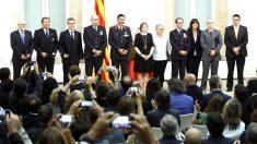 Foto de familia de los premiados con la presidenta del Parlament, Carme Forcadell (Foto: Efe).