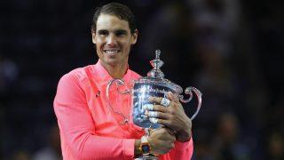Nadal posa sonriente con su tercer trofeo en el US Open. (AFP)