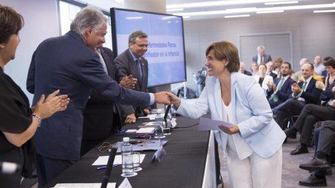 La investigadora Rosa del Campo, del Hospital Universitario Ramón y Cajal, recibe el reconocimiento de manos de Ignacio Garralda, presidente del Grupo Mutua Madrileña y su Fundación, para liderar un ensayo sobre fibrosis quística.