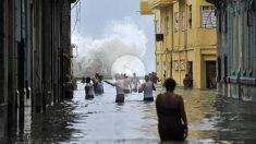 El huracán 'Irma' convirtió muchas de las calles de La Habana (Cuba) en verdaderos brazos de mar. (AFP)