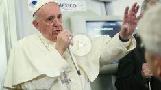 El papa Francisco en el avión de regreso de México a Roma. (AFP)