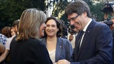 Carles Puigdemont junto a la alcaldesa de Barcelona, Ada Colau y la alcaldesa de L'Hospitalet de Llobregat, Núria Marín. Foto: EFE